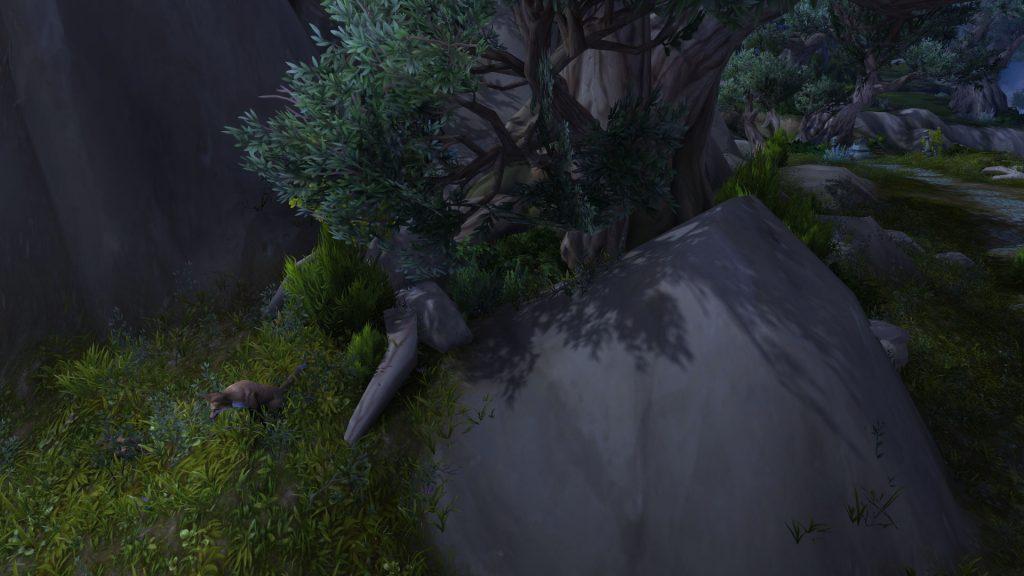 Die Höhle sieht man kaum. Lauft in die Büsche!