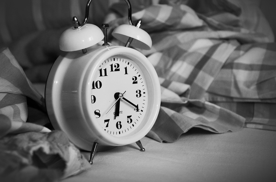 Wecker auf Bett