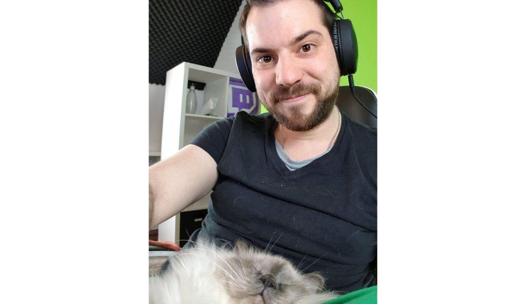 Cirouss Twitch Streamer mit Katze
