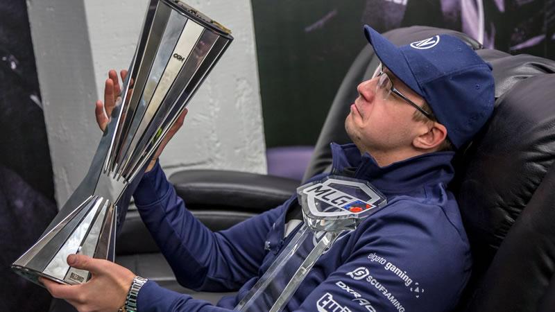 Internethulk Overwatch Profi mit Pokal