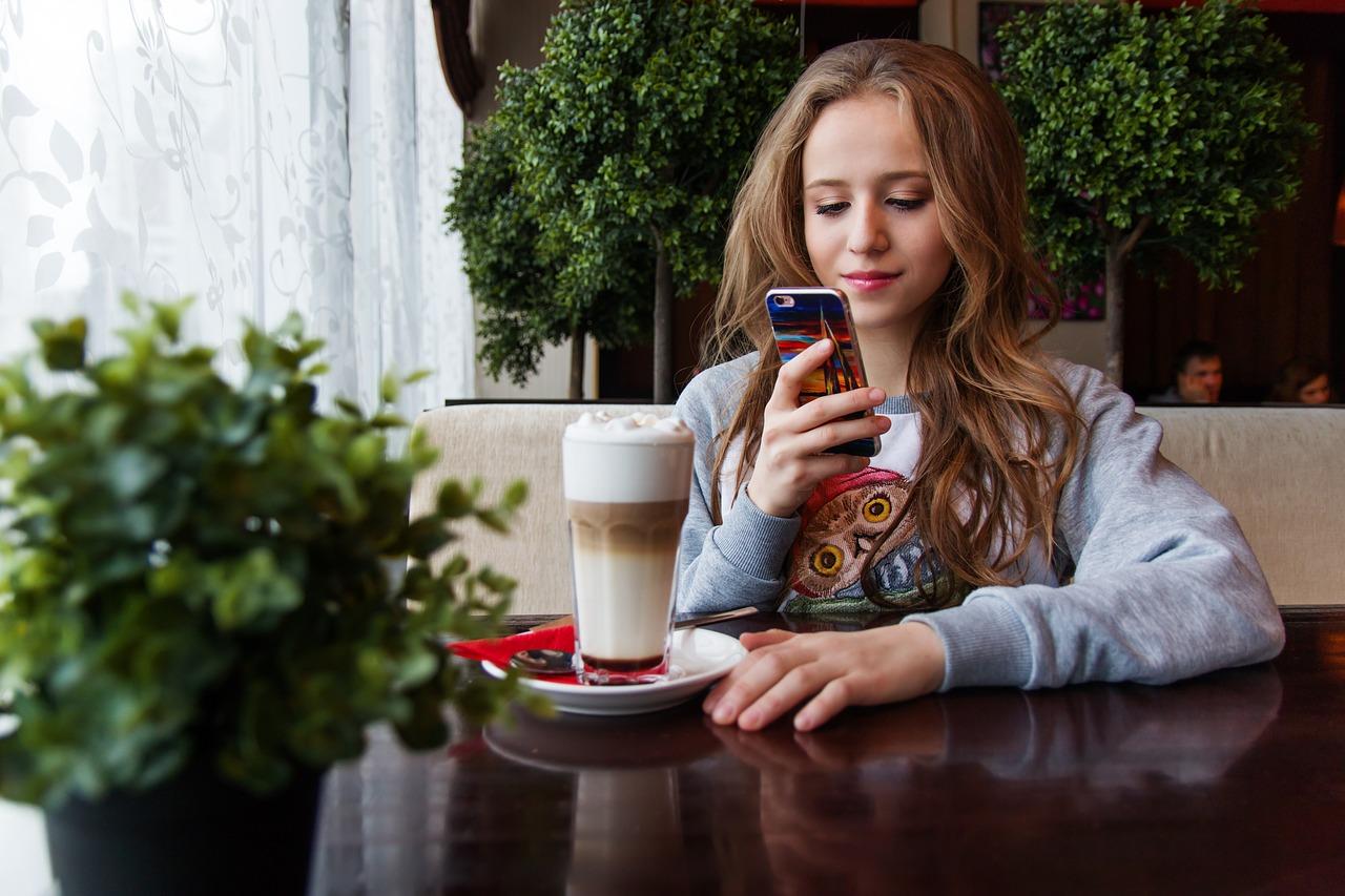 Mädchen-Smartphone