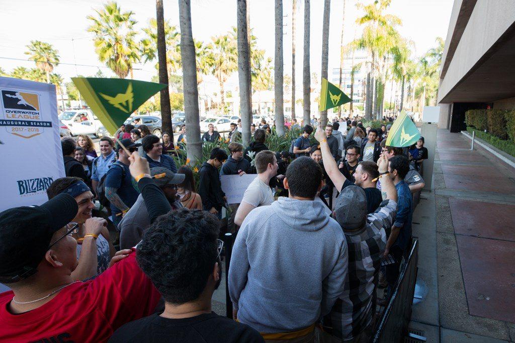 Overwatch League Fans vor der Blizzard Arena in Los Angeles