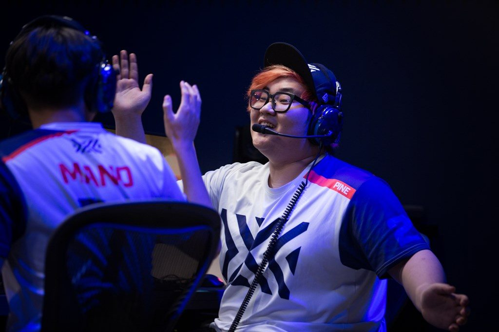 Ovewatch League New York Excelsior Pine and Mano high five