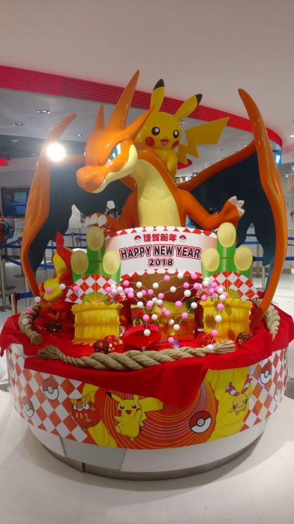 Pokemon Center Mega Tokyo Japan riesiger Glurak mit Pikachu Neues Jahr