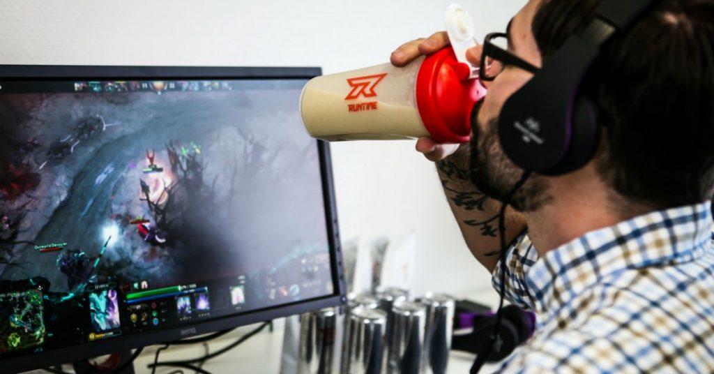 runtime esports nahrung buff food promo shot gamer vor dem PC essen