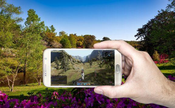 Bless Online im Garten auf dem Handy