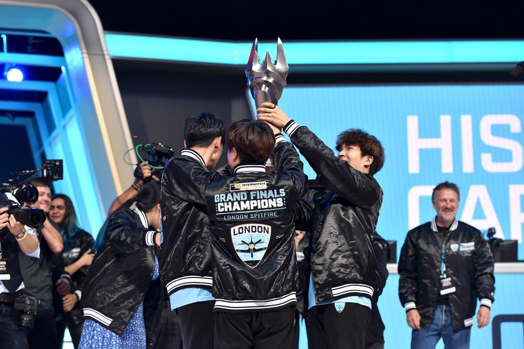 Overwatch League London Spitfire mit Pokal