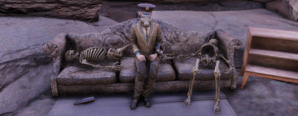 Fallout 76 Skelette auf Sofa Titel