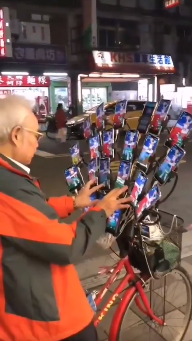 Rentner mit Fahrrad und 23 Handys