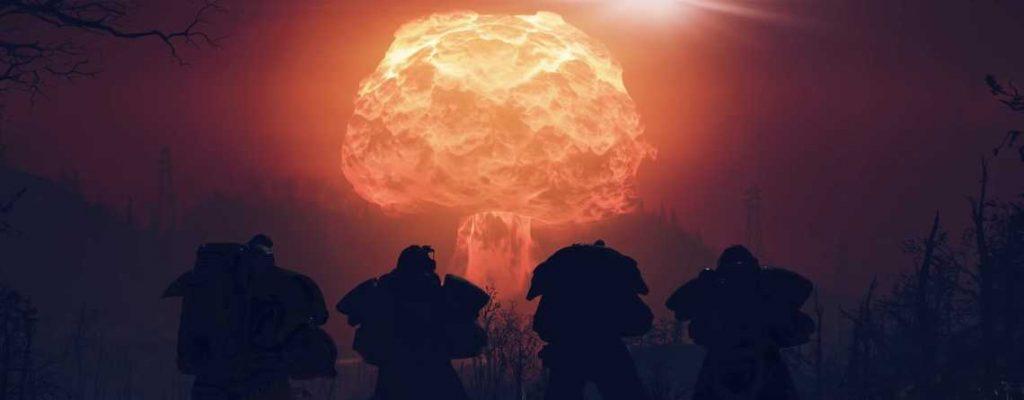 Fallout 76 vier Powerrüstungen stehen vor einer Atombombe Titel