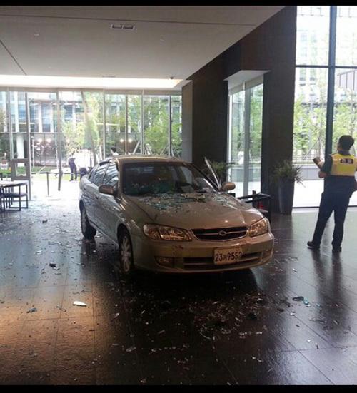 Mann crasht mit Auto in Spielefirma, süchtig nach MMOs