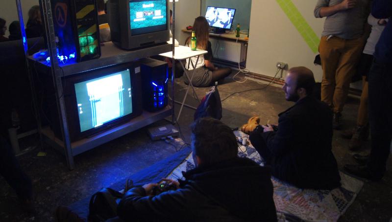 Zusammen offline spielen? Arkade-Café in Wien bietet Games mit Kuchen