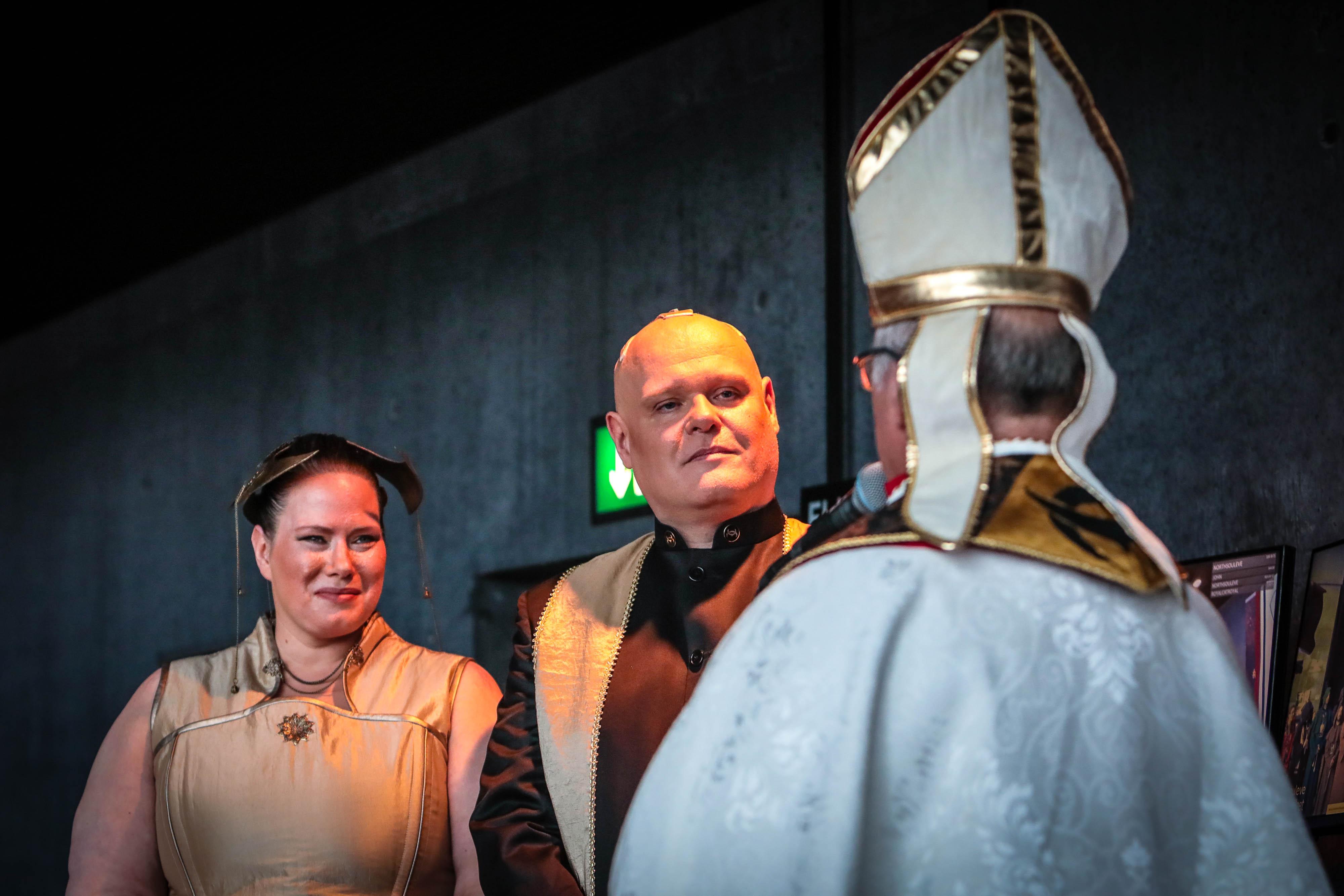 Ich war dabei, als der Space-Papst ein EVE-Online-Ehepaar traute