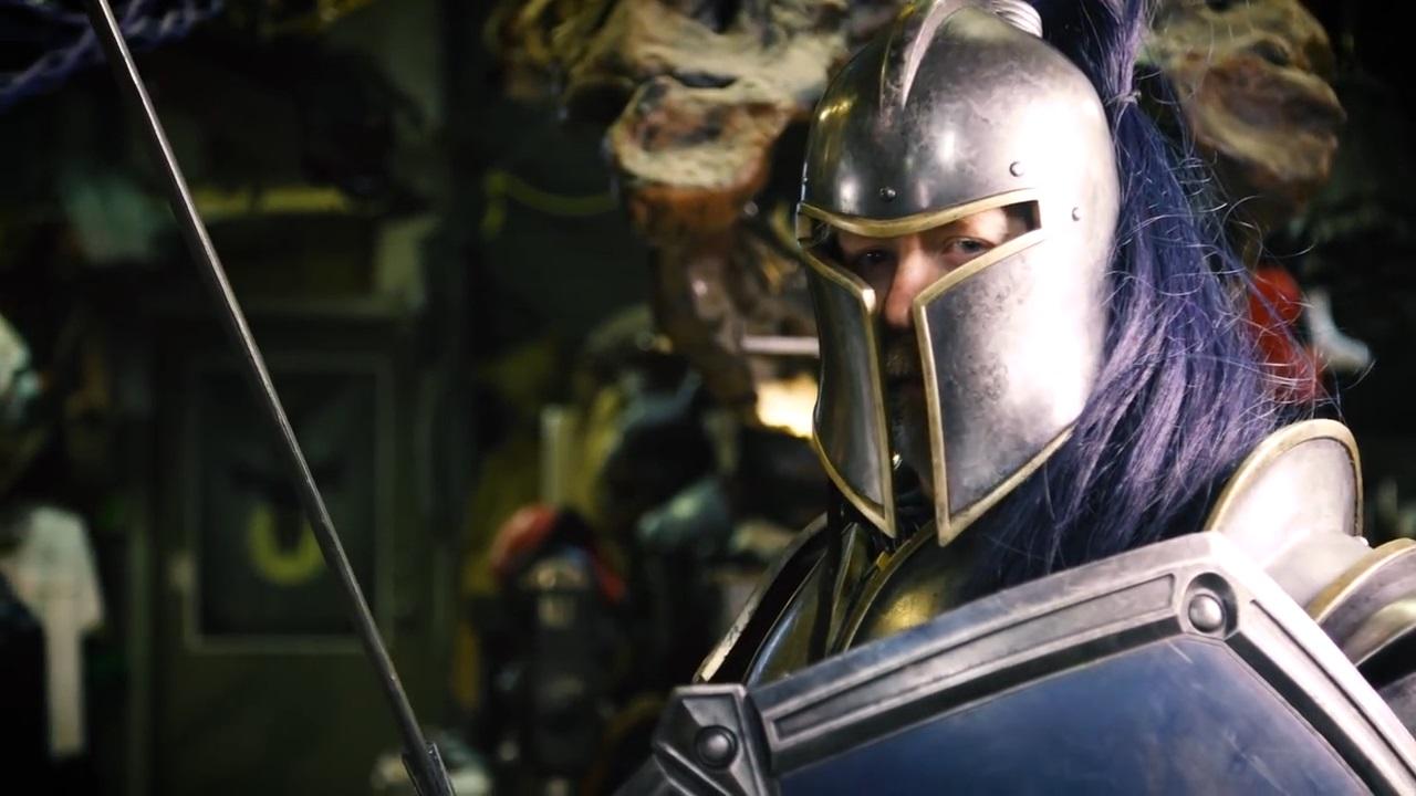 Mythbuster krallt sich Rüstung aus WoW-Film, posiert stolz im Video