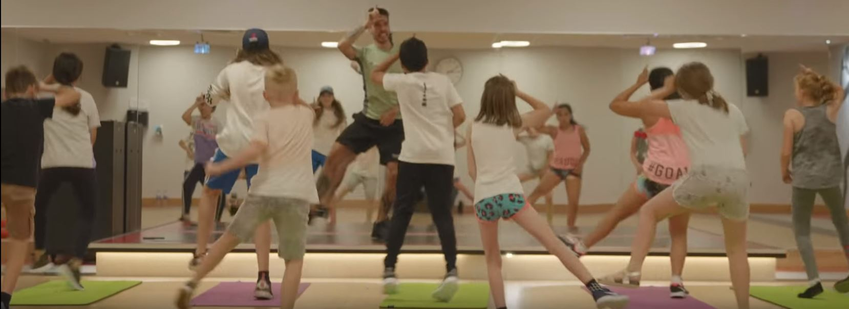 Video zeigt, wie ein Coach die Kids mit Fortnite-Tänzen fit macht