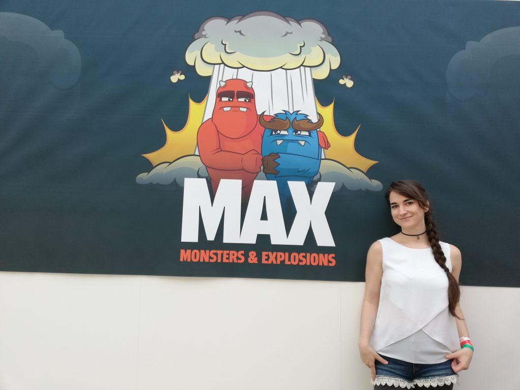 Leya vor einem MAX-Poster