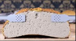 Brechendes Brot mit schwarzem Hintergrund