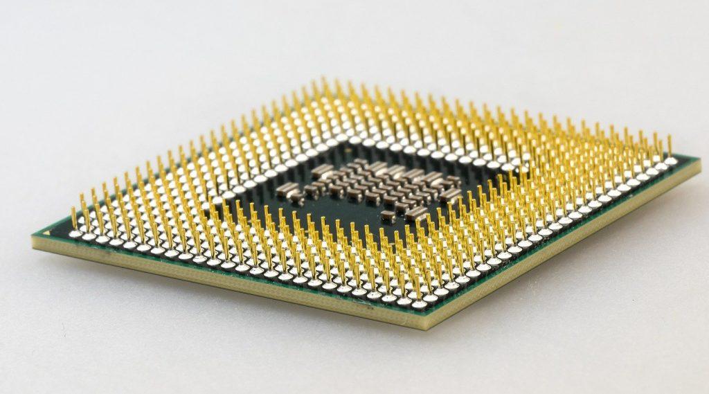 So sieht die Rückseite einer CPU aus. Wenn auch nur ein einziger Pin beschädigt oder gebrochen ist, kann das den Tod des Prozessors bedeuten.