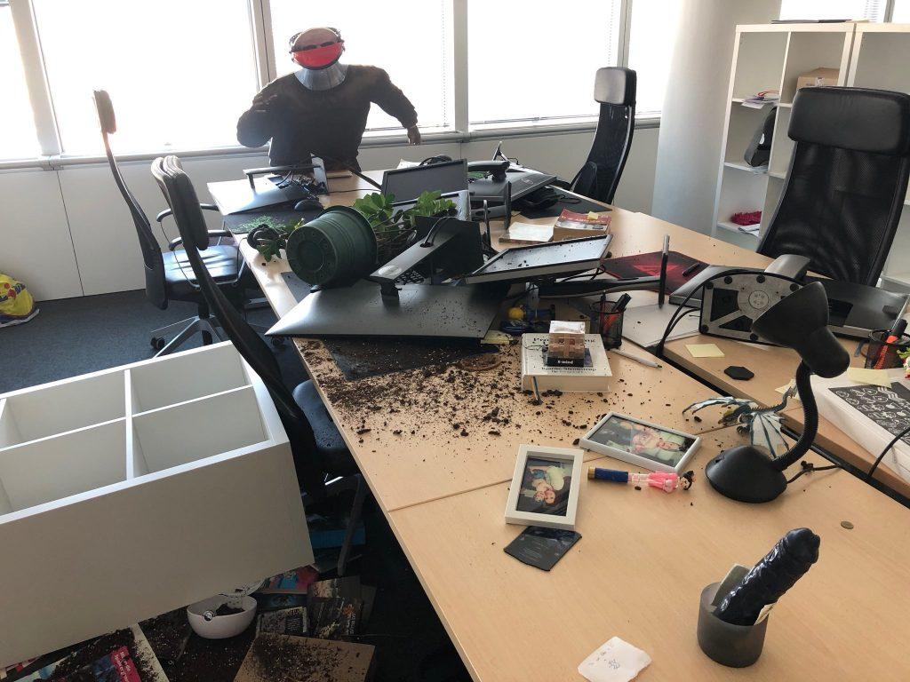 SCUM Entwickler Erdbeben im Büro