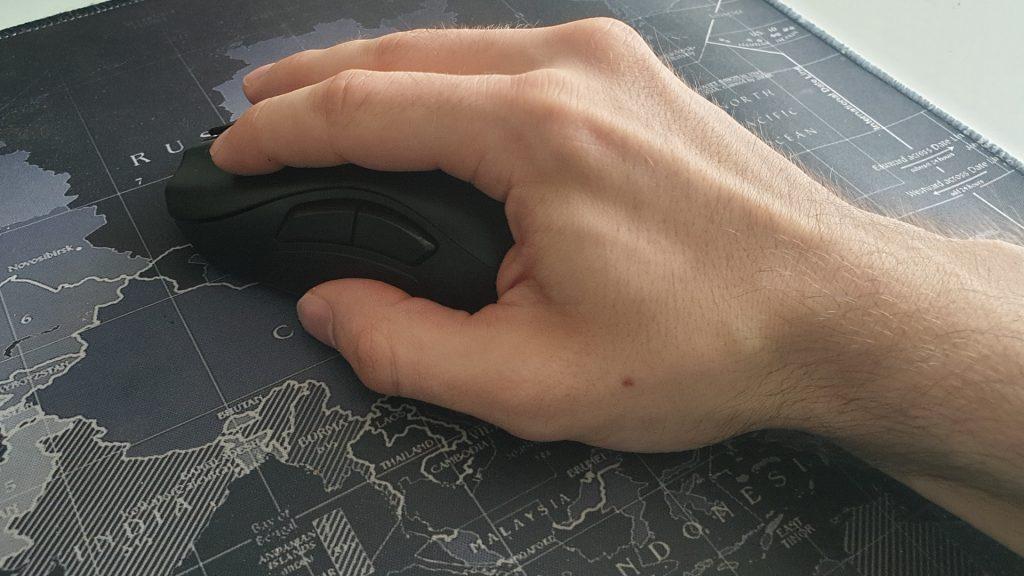 Razer Naga Pro in der Hand
