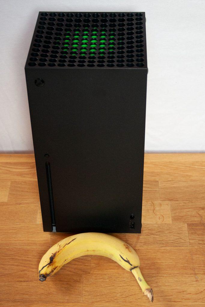 Xbox-Series-X-Banane-Stehend
